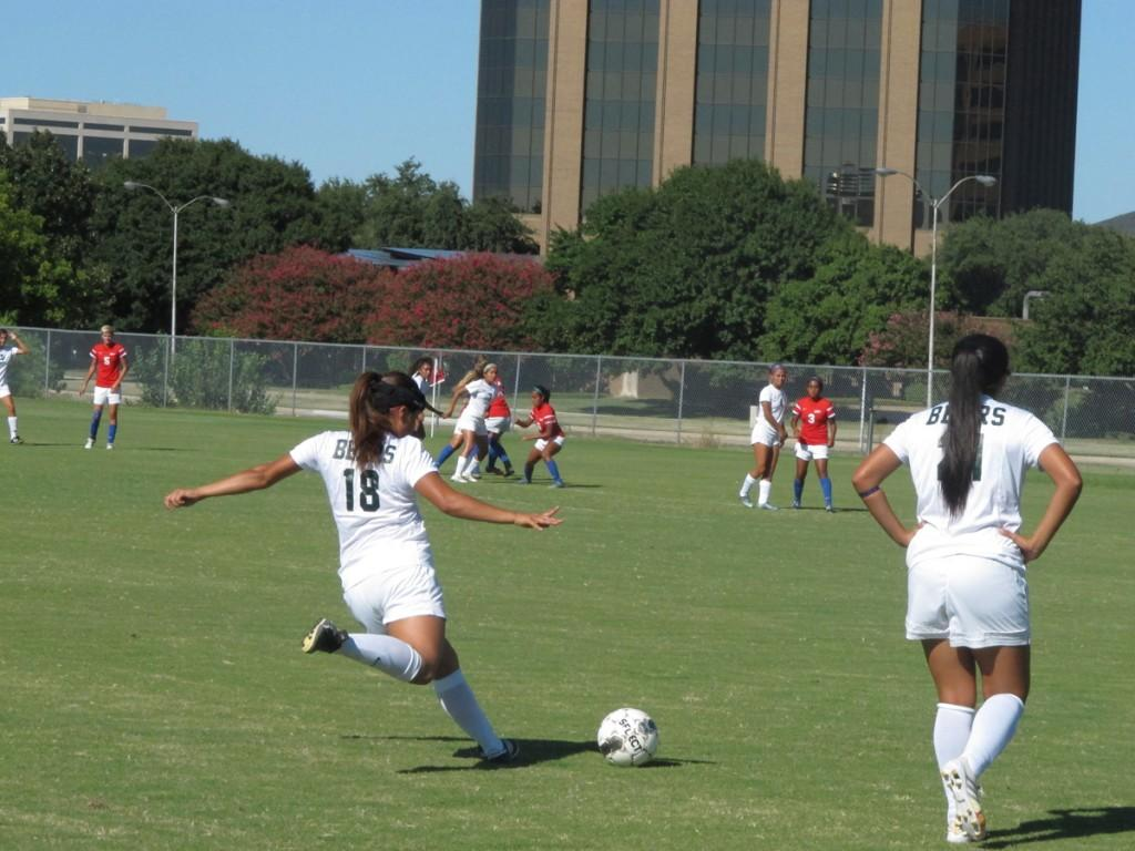 Players line up for a cross from Brenda Hernandez's (#18) free kick attempt