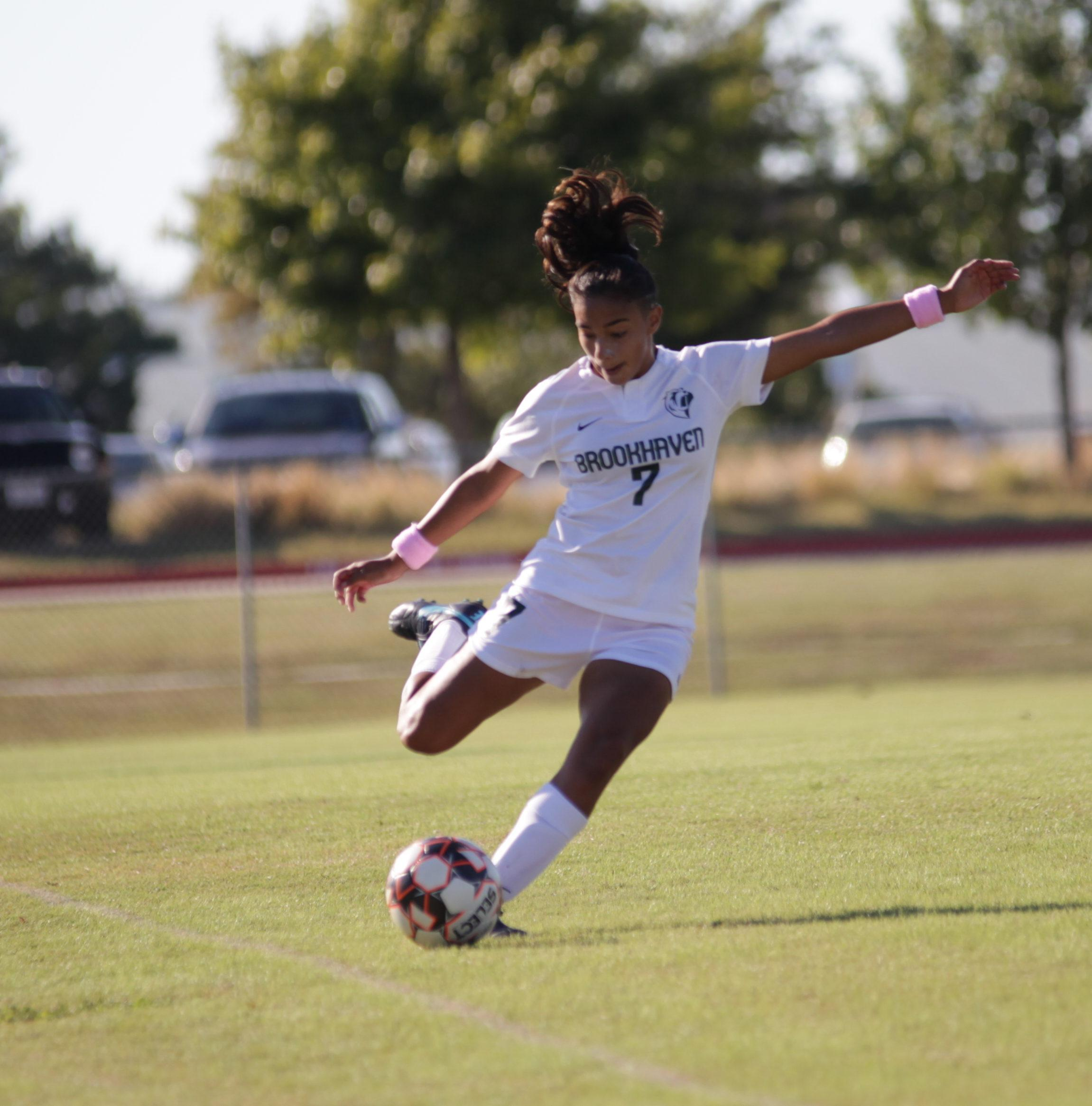 Photo by Malen Blackmon | Lady Bears defender Leilah Moreno (#7)  kicks the ball up the field
